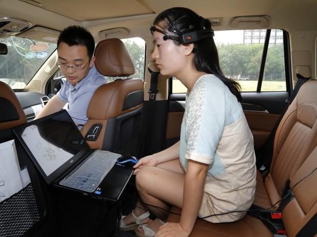 Chineses testam carro controlado pela mente (Foto: Reprodução/CCTV News)