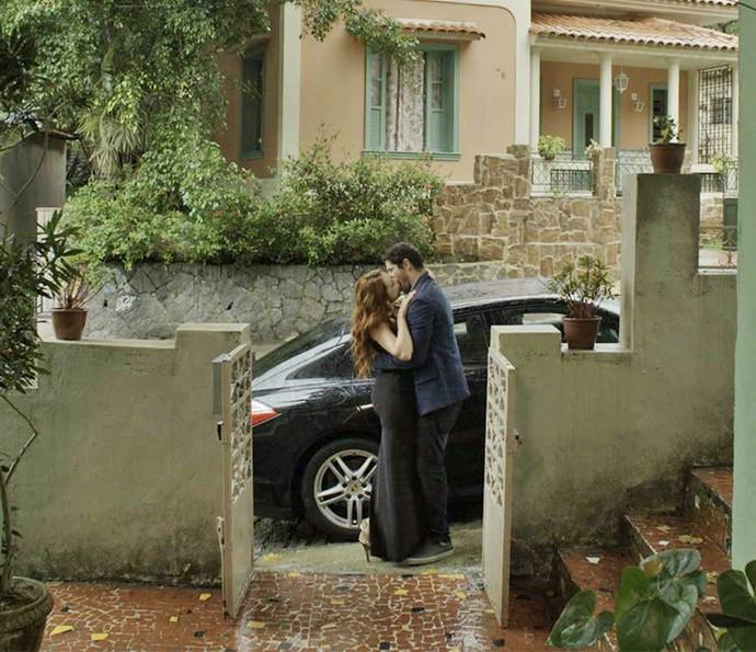 Leonora e Adônis começam a namorar (Foto: TV Globo)