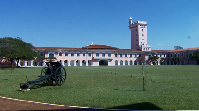 A arquiterura da Escola Preparatória de Cadetes do Exército tem estilo colonial e espanhol (Foto: reprodução EPTV)
