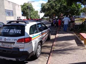 Profissionais contratados e familiares se reuniram na porta da Prefeitura (Foto: Rosemberg Rodrigues de Castro/G1)