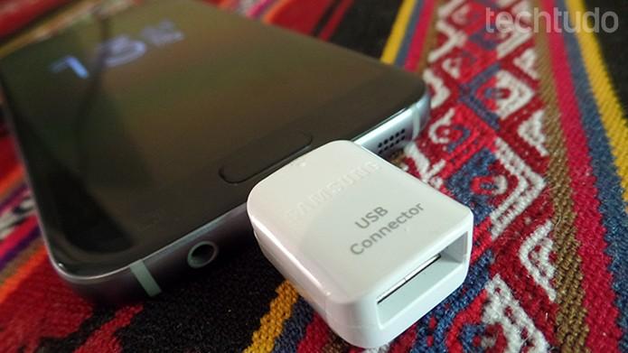Conecte o adaptador na porta micro USB do seu celular (Foto: Filipe Garret/TechTudo)