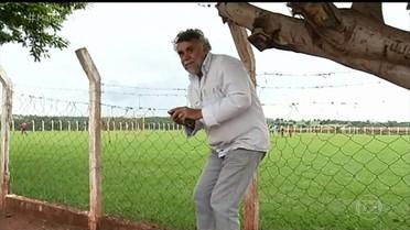 Moradores do interior fazem acrobacias para conseguir sinal no celular