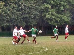 Síria (branco) enfrenta o Mali na Copa dos Refugiados (Foto: Flávia Mantovani/G1)
