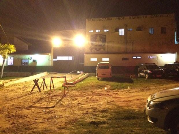 Por volta das 20h, situação do lado de fora do presídio era de aparente tranquilidade. (Foto: Paulo Ricardo Sobral / TV Globo)