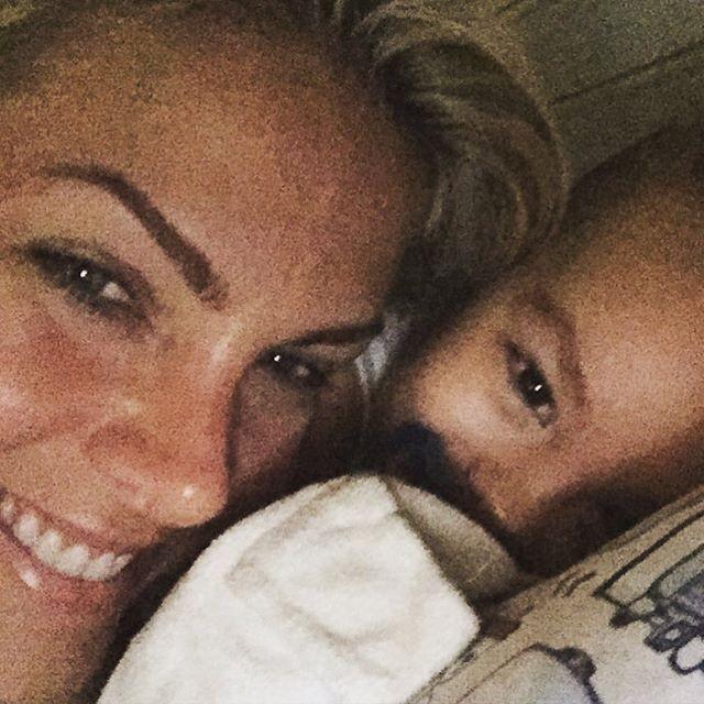 2fd0369727865 Fofura! Ana Hickmann faz selfie grudadinha ao filho na cama - Quem ...