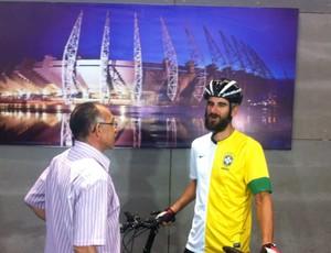 Andy Smith conheceu Mirandinha, primeiro brasileiro a jogar na Inglaterra (Foto: João Marcelo Sena)