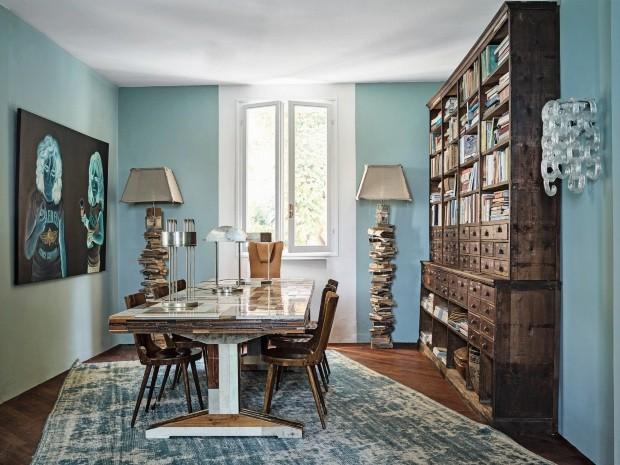 Jantar. O mobiliário veio de uma antiga loja de ferragens. Mesa Piet Hein. Quadro de Talarico. As luminárias e a antiga coleção de livros são da Borgo delle Tovaglie (Foto: Fabrizio Cicconi / Living Inside)