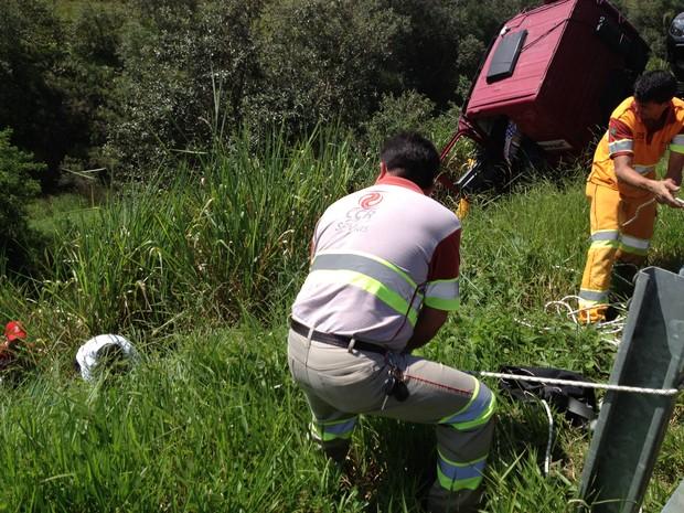 Equipes da concessionária ajudaram no resgate do corpo do motorista  (Foto: André Godinho/ TV Tem)