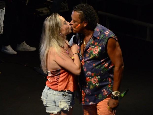 Compadre Washington beija fã em show em Salvador, na Bahia (Foto: Webert Belicio/ Ag. News)