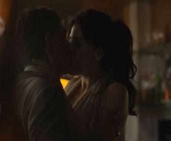 Nelita seduz e dá beijão em Orlando (Foto: TV Globo)