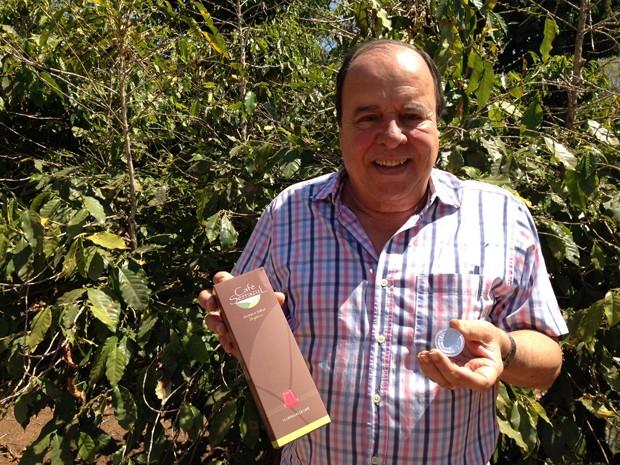 Matemático Márcio Jório em frente à plantação de café (Foto: Gabriel Luiz/G1)