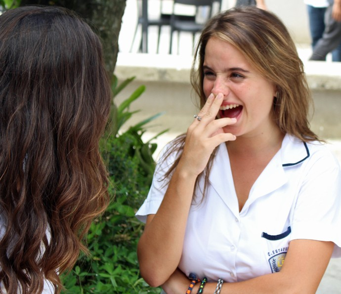 Camila conta a novidade para Luciana (Foto: Rodrigo Brisolla/Gshow)