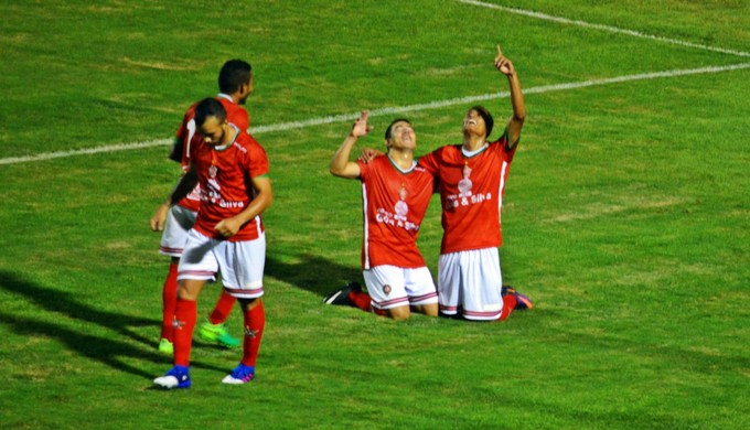 Luiz Grando comemora gol pelo Boa Esporte (Foto: Régis Melo)