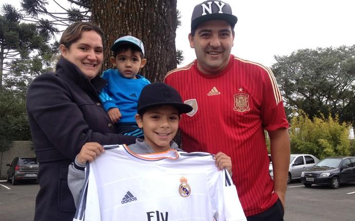 Família curitibana veio apoiar a Espanha (Foto: Monique Silva)
