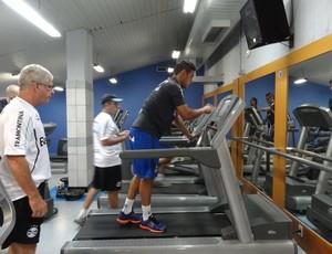 Werley faz exercícios de musculação no Grêmio (Foto: Hector Werlang/Globoesporte.com)