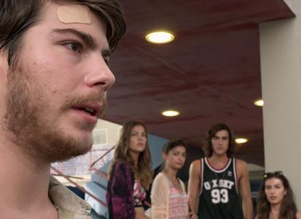 Henrique conta no Leal que é HIV positivo, e Camila fica chocada