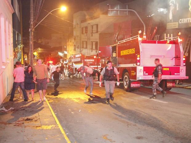 Segundo informações preliminares, o fogo teria começado por volta das 2h30 (Foto: Germano Roratto/Agência RBS)