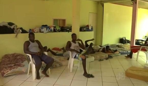 A igreja fornece aos haitianos abrigo e refeição, além de manter viva a fé do grupo (Foto: Amazônia TV)