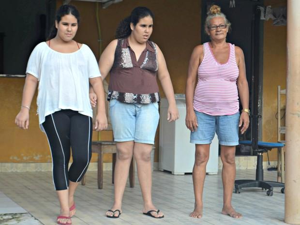 A avó de Kamilly e Katrinny, Maria diz que largou a profissão de costureira para cuidar das netas (Foto: Janine Brasil/G1)