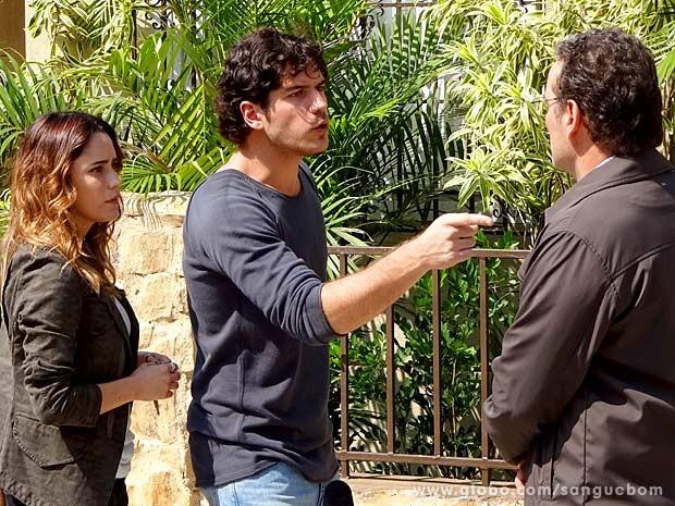 Bento discute com Wilson no meio da rua (Foto: Sangue Bom / TV Globo)