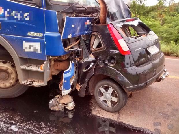 Carro desmanchou e ficou preso a caminhão durante acidente com morte na TO-080 (Foto: Joabe Silva/Divulgação)