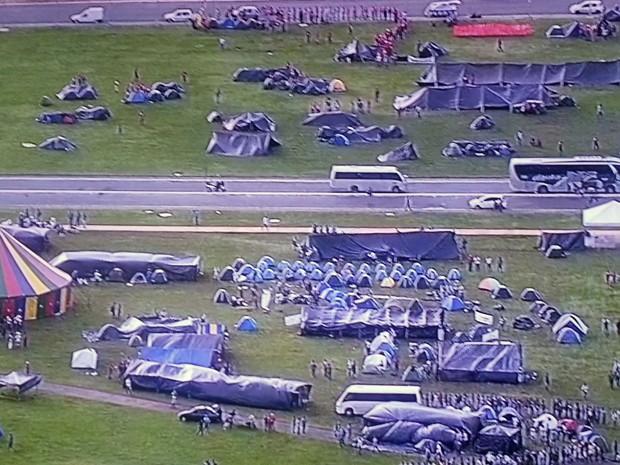 Grupo acampado no gramado do Congresso Nacional em protesto por reforma agrária e demarcação de terras indígenas (Foto: TV Globo/Reprodução)