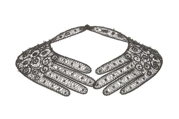 """Jacomijn Van der Donk: """"Hands"""" necklace in oxidised silver lace, 1994 (Foto: COPYRIGHT LES ARTS DÉCORATIFS, PARIS/JEAN THOLANCE)"""