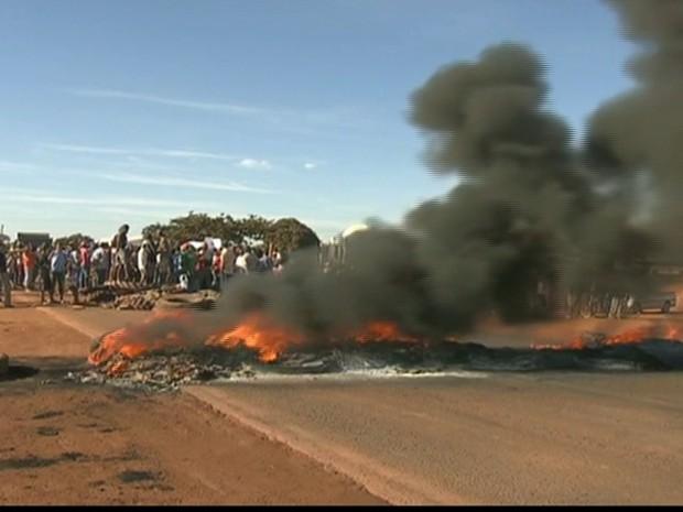 Moradores fecham BR-251 pelo segundo dia seguido (Foto: Reprodução GloboNews)
