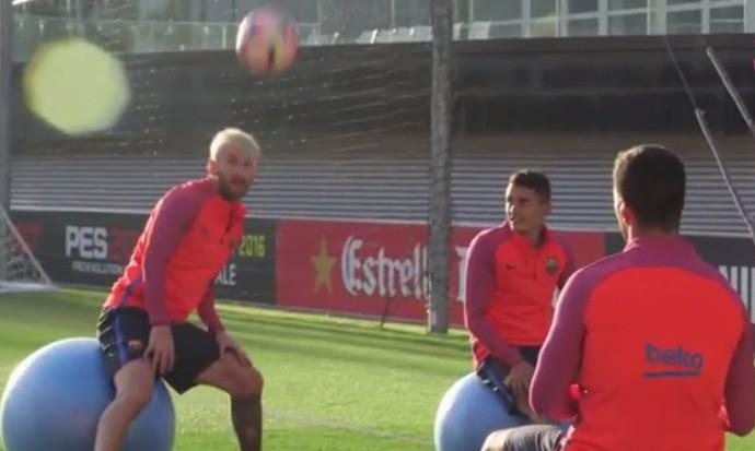 """BLOG: Muita habilidade: Barça posta vídeo com Messi e Suárez em """"futevôlei"""" sentado"""