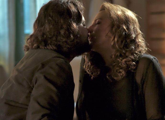 Bernardo se declara para Emília e a beija (Foto: TV Globo)