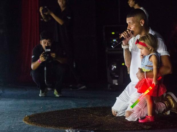 MC Duduzinho com a filha, Lara Princess, em show na Zona Norte do Rio (Foto: Renato Moura/ Divulgação)
