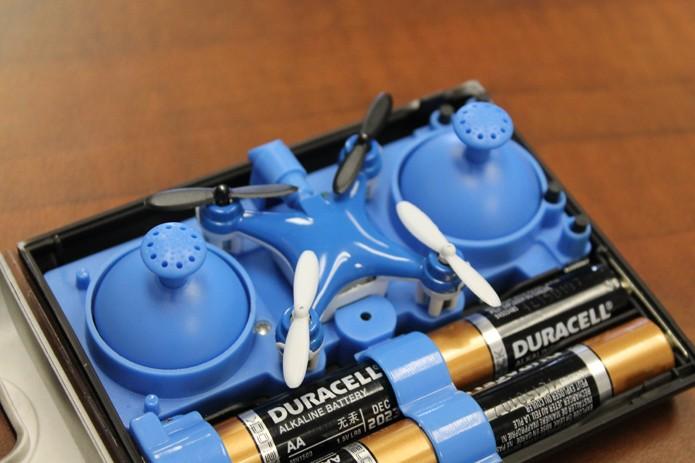 Drone pode ser carregado com pilhas e guardado dentro do controle remoto (Foto: Reprodução/Indiegogo)