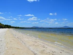 Conhecido pela  pela areia fina e  cajueiros nativos, o lago Caracaranã é uma das maiores belezas naturais de Roraima (Foto: Emily Costa/ G1 RR)