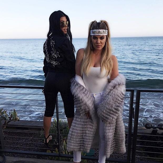 Kourtney Kardashian e Khloe Kardashian em festa em Los Angeles, nos Estados Unidos (Foto: Instagram/ Reprodução)