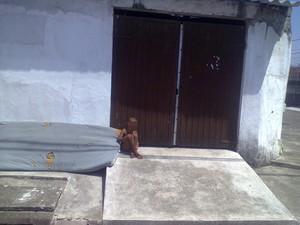 Menino foi deixado fora de casa após fazer xixi na cama em Praia Grande (Foto: VC no G1)