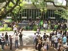Moradores de várias cidades do Paraná vão às ruas para protestar