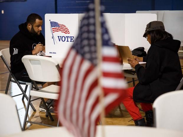Pessoas votam no centro de votação Bethlehem em Chattanooga, no estado americano do Tennessee (Foto: Doug Strickland/Chattanooga Times Free Press/AP)