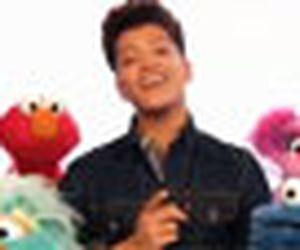 Bruno Mars participa do programa 'Vila Sésamo'