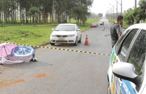 Garoto morre após ser atropelado enquanto andava de patins em Goiânia, Goiás (Foto: Sebastião Nogueira/O Popular)