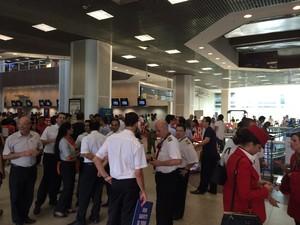 Funcionários de várias empresas fizeram protesto no aeroporto Santos Dumont (Foto: Fernanda Rouvenat / G1)