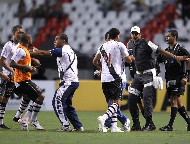 Confusão Vasco x Flamengo (Foto: Alexandre Cassiano / Agência O Globo)