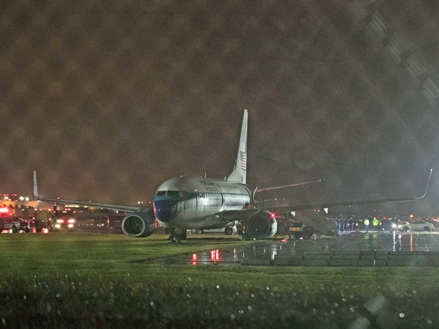 Avião que transportava Mike Pence, candidato a vice de Donald Trump, estacionado entre o gramado e a pista do aeroporto LaGuardia, em Nova York (Foto: Mary Altaffer / AP Photo)