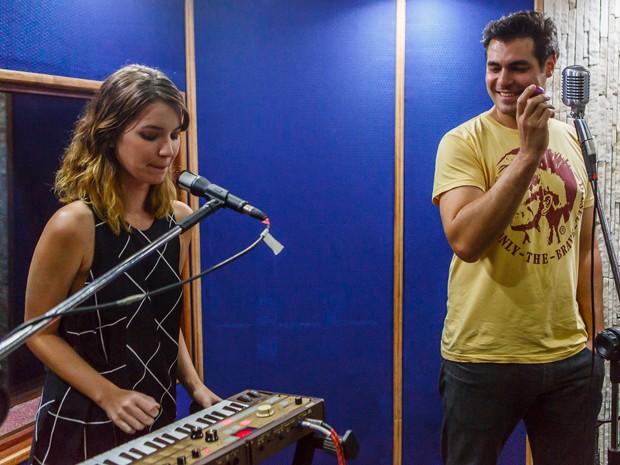 Nathalia Dill toca o sintetizador enquanto Thiago Lacerda acompanha (Foto: Artur Meninea/ Gshow)