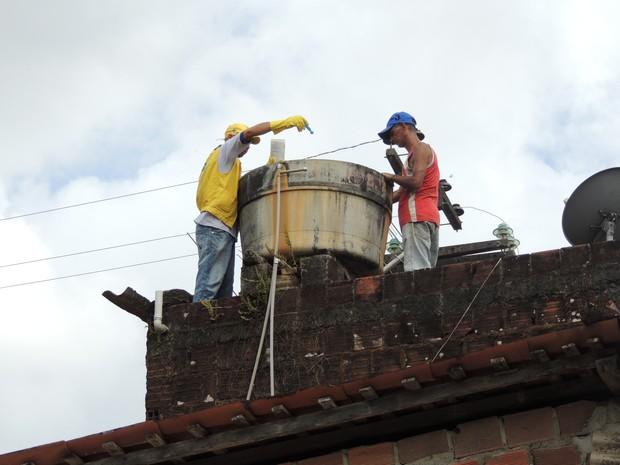 Guiados por imagens das câmeras de segurança, agentes do Recife visitam residências  (Foto: Thays Estarque / G1)