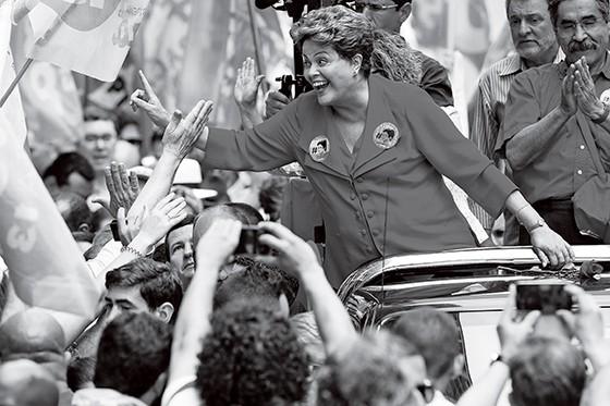 CAMPANHA Dilma Rousseff, durante a campanha eleitoral de 2014. Datas e valores (abaixo) coincidem com doações declaradas ao TSE (Foto: Alan Marques/Folhapress)
