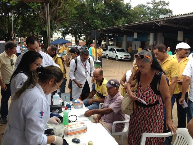 Profissionais voluntários atendem população em ação social em Porto Velho (Foto: Toni Francis/G1)
