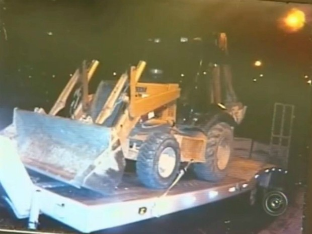 Retroescavadeira foi roubada em Sorocaba (SP) e seria levada para Minas Gerais. (Foto: Reprodução TV Tem)