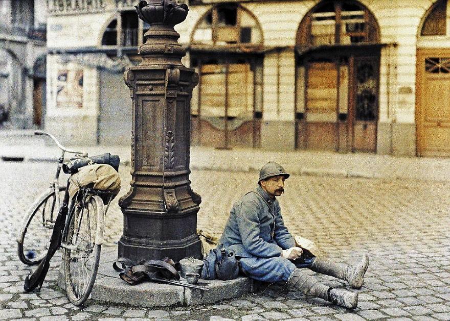 Soldado francês repousa. Foto de 1917 (FOTO: REPRODUÇÃO)