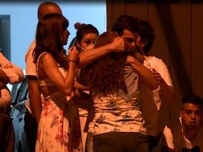 Emoção na retirada dos corpos após o crime (Foto: José Braz/ EPTV)