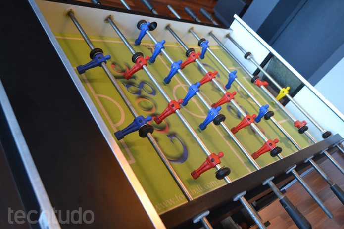 A mesa de pebolim, assim como outros objetivos, leva a logo do Google em destaque (Foto: Melissa Cruz / TechTudo)